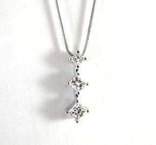 תליון שלושה יהלומים פרינסס