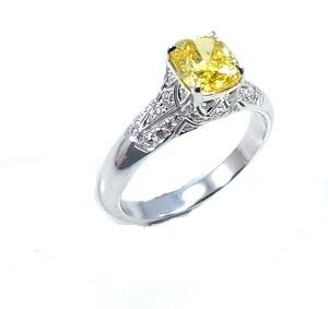 טבעת יהלום קושן צהוב ויהלומים לבנים דגם מרלין