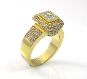 טבעת יהלומי פרינסס ויהלומים דגם ג'וסטינה