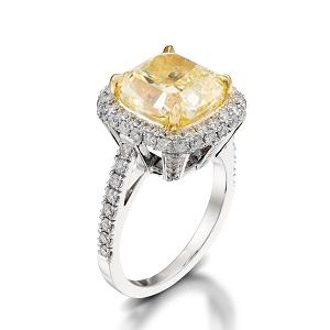 טבעת יהלום קושן צהוב ויהלומים דגם מייגן